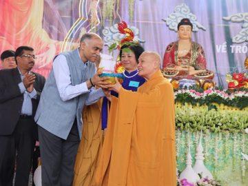 phatgiao-org-vn-doan-dai-su-quan-an-do-trao-cay-bo-de-tai-le-hoi-Quan-The-am-Ngu-Hanh-Son-3