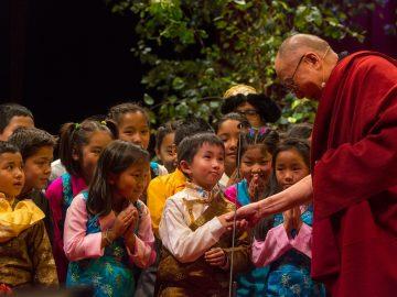 dalai-lama-wih-tibetan-children-in-o2