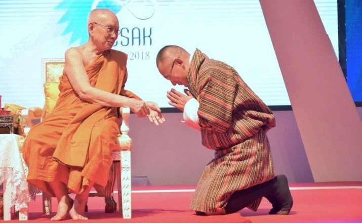 Thủ tướng Bhutan Tshering Tobgay đảnh lễ Đức Tăng thống Thái Lan tại Vesak 2018
