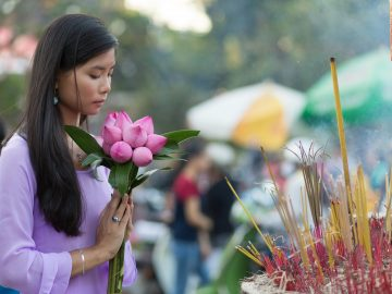 Flower-and-joss-stick-offerings-to-Buddha-at-temple