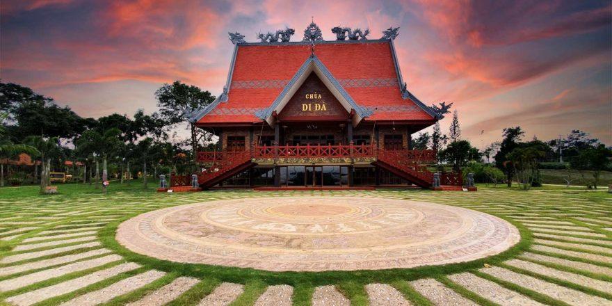 Chùa có kiến trúc được xây dựng theo lối kiến trúc nhà rông của Tây Nguyên